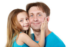 Маленькая девочка snuggle ее щека для того чтобы быть отцом стоковое изображение