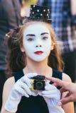 маленькая девушка пантомимы снимает видео на камерах стоковая фотография
