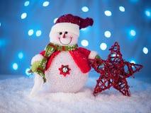 Маленькая игрушка снеговика на backgrou ` s Нового Года Стоковые Изображения