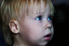 Маленькая красивая девушка смотря ТВ дома стоковое изображение rf