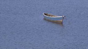 Маленькая лодка вышла плавать на гаван воду, Конакри акции видеоматериалы