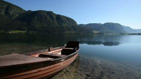Маленькая лодка в идилличной высокогорной долине с озером в раннем лете HD1080p, Bohinj, Словения видеоматериал