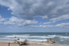 Маленькая лодка и прибой на пляже около Хайфы стоковая фотография rf