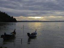 Маленькая лодка и штиль на море в небе утра Стоковые Изображения RF
