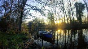 Маленькая лодка на реке акции видеоматериалы