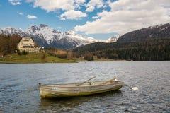 Маленькая лодка на St Moritzersee в St Moritz, Швейцарии стоковое изображение rf