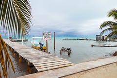 Маленькая лодка, причаливающ столбы и частный знак дока стоковая фотография rf