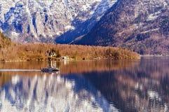 Маленькая лодка с туристами от Hallstatt между горами стоковые изображения