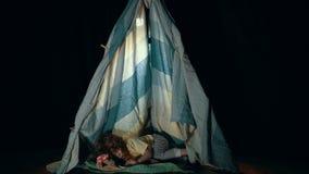 Маленькая милая девушка в шатре teepee в вечере спальни сток-видео