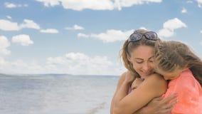 Маленькая милая девушка и молодая мать на пляже Стоковая Фотография RF