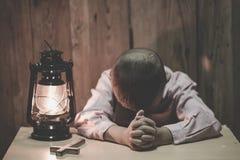 Маленькая молитва, мальчик молит серьезно и многообещающе к Иисусу стоковые изображения