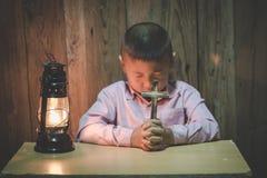Маленькая молитва, мальчик молит серьезно и многообещающе к Иисусу стоковые изображения rf