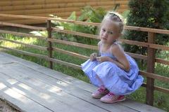 Маленькая прекрасная девушка в зеленом платье стоковые фотографии rf