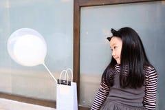 Маленькая принцесса в сером платье держа baloons Стоковая Фотография RF