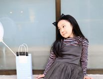 Маленькая принцесса в сером платье держа baloons Стоковые Фотографии RF