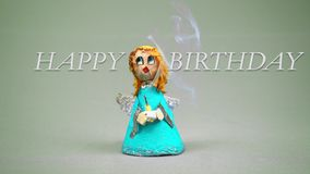 Маленькая свеча дня рождения удерживания ангела сток-видео