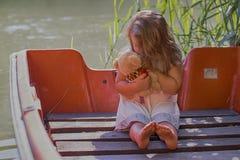 Маленькая счастливая маленькая девочка играя с ее любимой игрушкой Стоковое фото RF