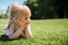 Маленькая счастливая девушка садовничая в лете стоковые изображения