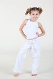 Маленькая ся девушка в белых одеждах стоит и представляет. Стоковое Изображение RF
