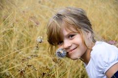 Маленькая яркая красивая девушка в белой футболке стоковое фото rf