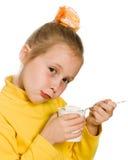 Маленькая девочка есть югурт Стоковая Фотография