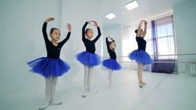 Маленькие артисты балета во время тренировки, конца вверх акции видеоматериалы