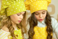 Маленькие девочки в шляпах шеф-повара Стоковое Фото