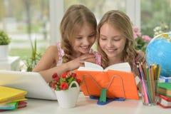 Маленькие девочки делая домашнюю работу Стоковые Изображения