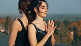 Маленькие девочки делая крупный план namaste pise йоги, pranamasana сток-видео