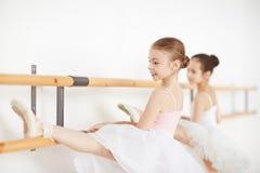 Маленькие девочки делая тренировки на протягивать в школе Стоковая Фотография