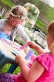Маленькие девочки играя outdoors стоковая фотография rf