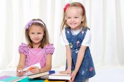 Маленькие девочки изучают словесность стоковые фотографии rf