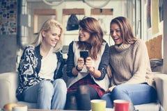 Маленькие девочки кафе стоковое изображение rf