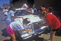 Маленькие девочки на мытье автомобиля общины Стоковые Изображения RF