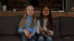 Маленькие девочки на телевизионных каналах переключателя кресла видеоматериал