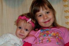 Маленькие девочки представляя для фотографа стоковые изображения rf