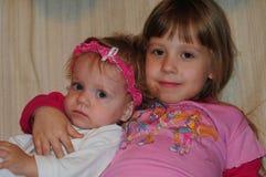 Маленькие девочки представляя для фотографа стоковая фотография