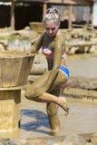 Маленькие девочки принимают ванны грязи для того чтобы улучшить состояние кожи Стоковое фото RF