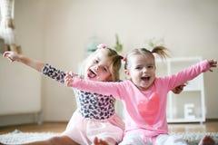 Маленькие девочки с счастливой стороной Стоковое фото RF
