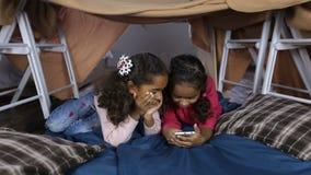 Маленькие девочки с телефоном просматривая социальные сети видеоматериал
