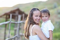 маленькие детеныши сынка мати семья принципиальной схемы счастливая стоковое фото