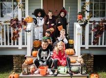 Маленькие дети в костюмах хеллоуина стоковое фото