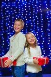 Маленькие дети в костюме держа коробки с подарками Новый Год M Стоковое Изображение RF