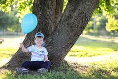 Маленькие дети идут в парк Стоковые Фото