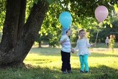 Маленькие дети идут в парк Стоковые Фотографии RF