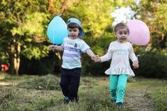Маленькие дети идут в парк Стоковое Изображение