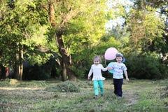 Маленькие дети идут в парк Стоковые Изображения RF