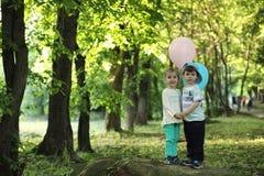 Маленькие дети идут в парк Стоковая Фотография