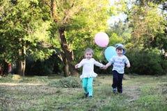 Маленькие дети идут в парк Стоковое Фото