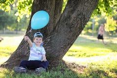 Маленькие дети идут в парк Стоковые Изображения